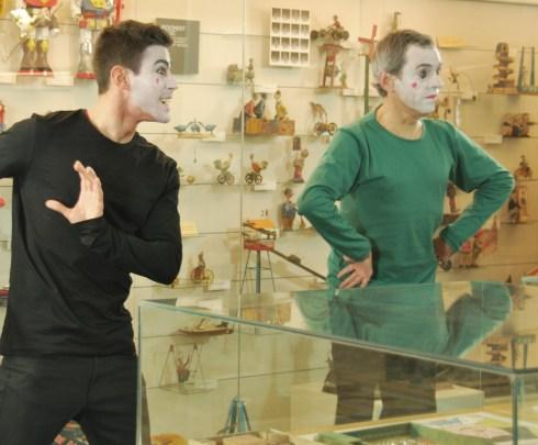 """Guille Vidal i Toni Arteaga interpretant """"He deixat l'aixeta de l'aigüera oberta..."""" al Museu del Joguet de Catalunya"""