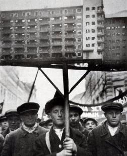 Treballadors soviètics porten una maqueta de vivenda social durant una manifestació. Mocú 1930